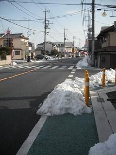 行田市内を通る国道125号の残雪